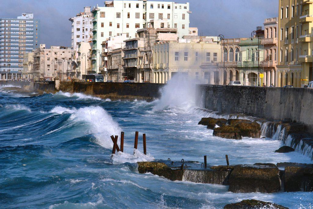 På rejser til Cuba ser du både Havana og byens havnepromenade El Malecon