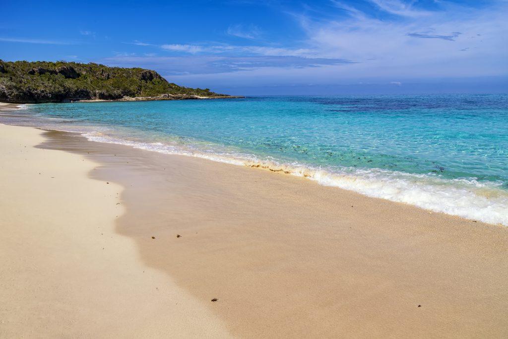 På en rejse til Cuba kan du slappe af ved stranden i Holguin