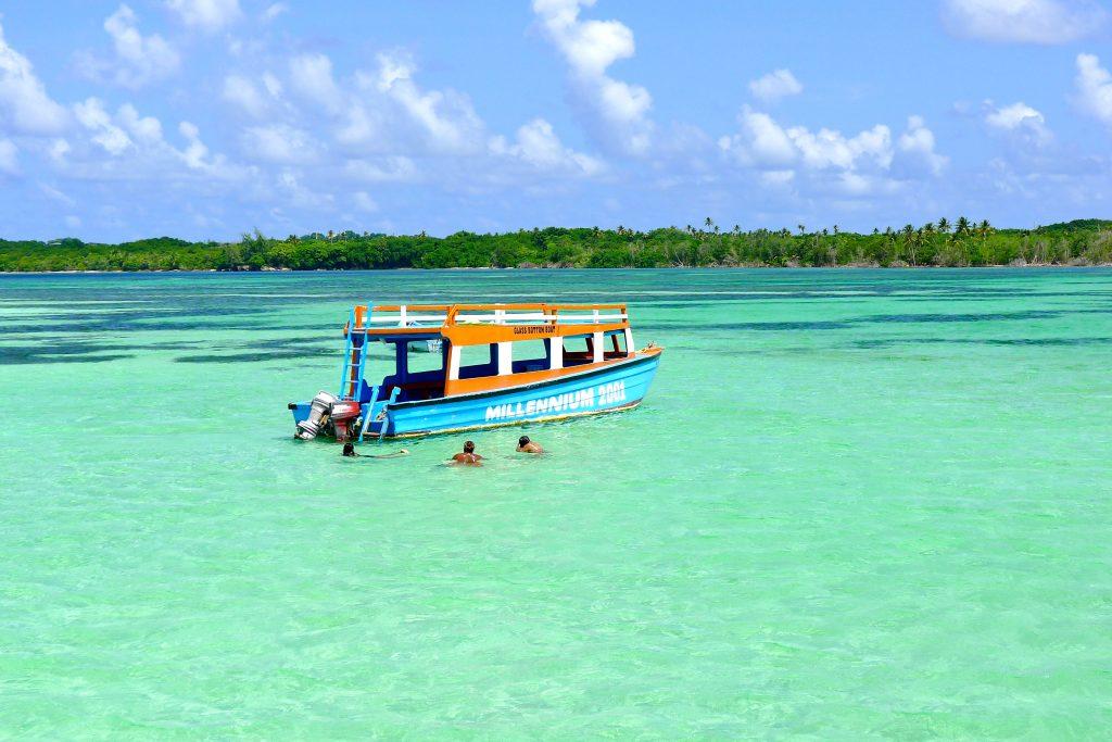 På en rejse til Tobago ser smukke Nylon Pool