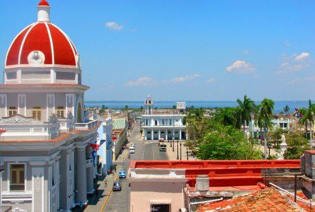 Hovedgade i by med stor bygning med rød kuppel