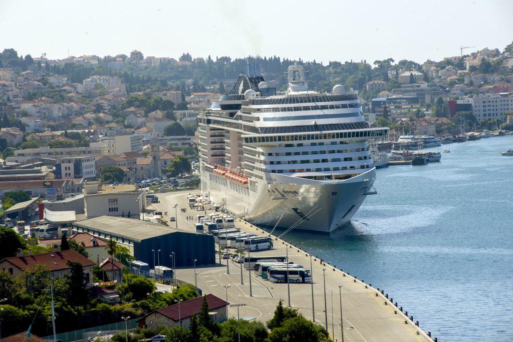 Phillipsburg på St.Maarten er byen hvor de store krydstogtskibe lægger til
