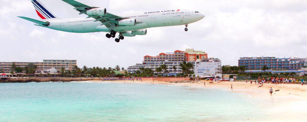 Ved Maho Beach i St. Martin lander flyene lige over hovedet på badegæsterne