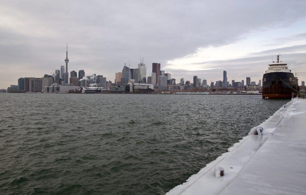 Du kan sejle i turbåd langs Torontos havnefront