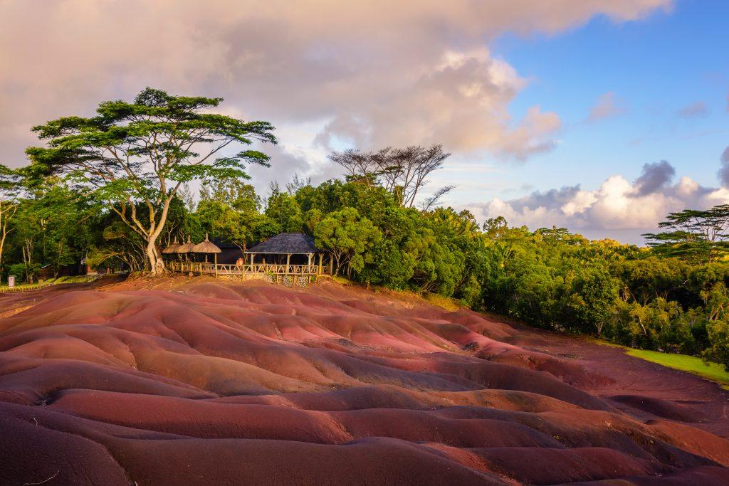 På strandferie til Mauritius ser du lavaformationer på jorden mange steder