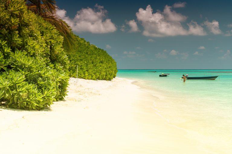 Mauritius-Øde-sandstrand-med-kvinde-FLOT