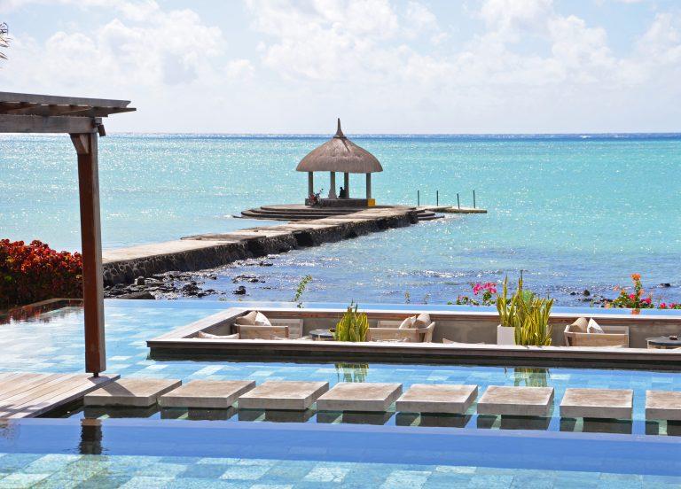 OK-Mauritius-Hotel-Paul-et-Virginie-Pagode-på-bro-m-blåt-hav