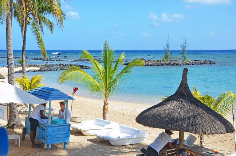 OK-Mauritius-Hotel-Pointe-aux-Biches-Strand-m-palmer-og-parasol