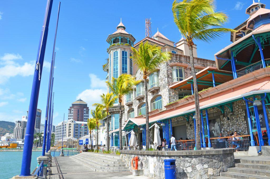 Havnefronten i Port Louis, hovedstaden i Mauritius. Se den på din badeferie til Mauritius