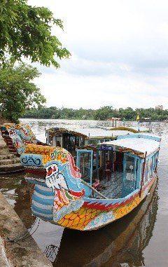 Farvet-båd-på-flod