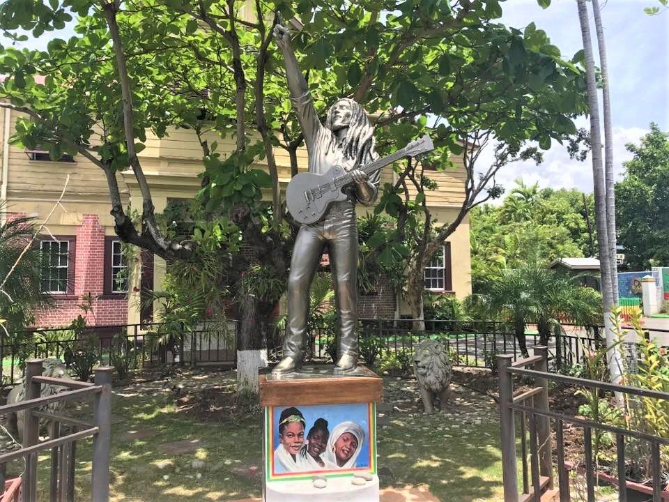 På en rejse til Jamaica ser du Bob Marley over det hele