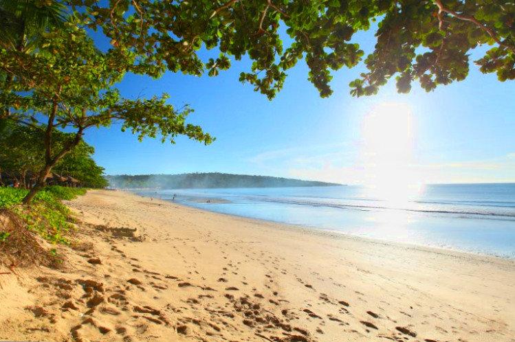 På rejser til Bali ser du lækre strande og blåt hav