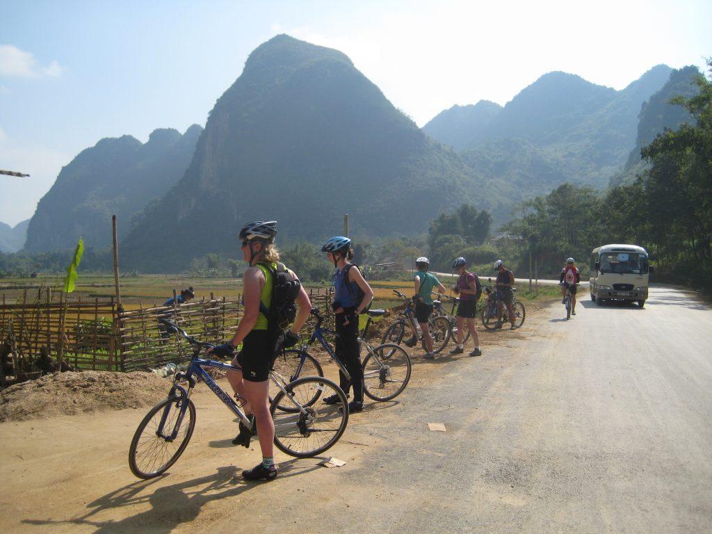 På en rejse til Vietnam cykler vi rundt i landskabet og ser lokale landsbyer