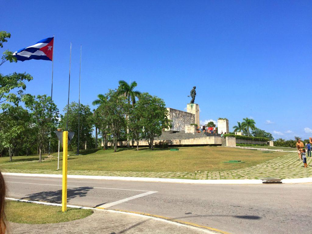 På en rejse til Cuba kommer du ofte forbi Santa Clara og Che Guevaras mausoleum
