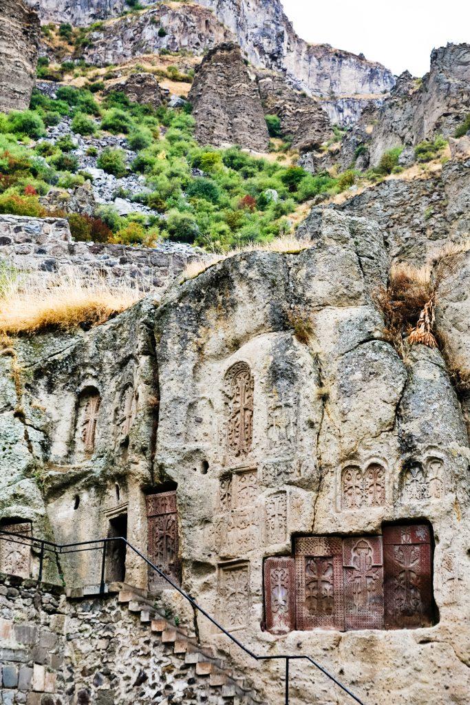 På rejser til Armenien ser du også Geghard-klostret i klippen