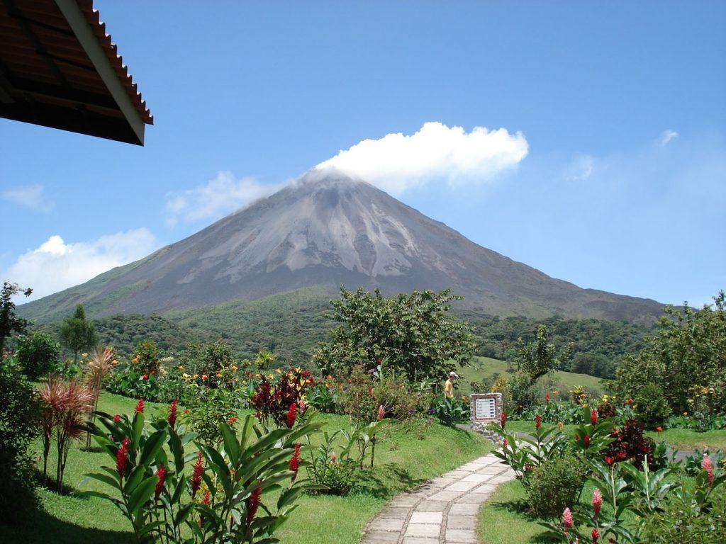 Vulkan med grønne planter i forgrunden