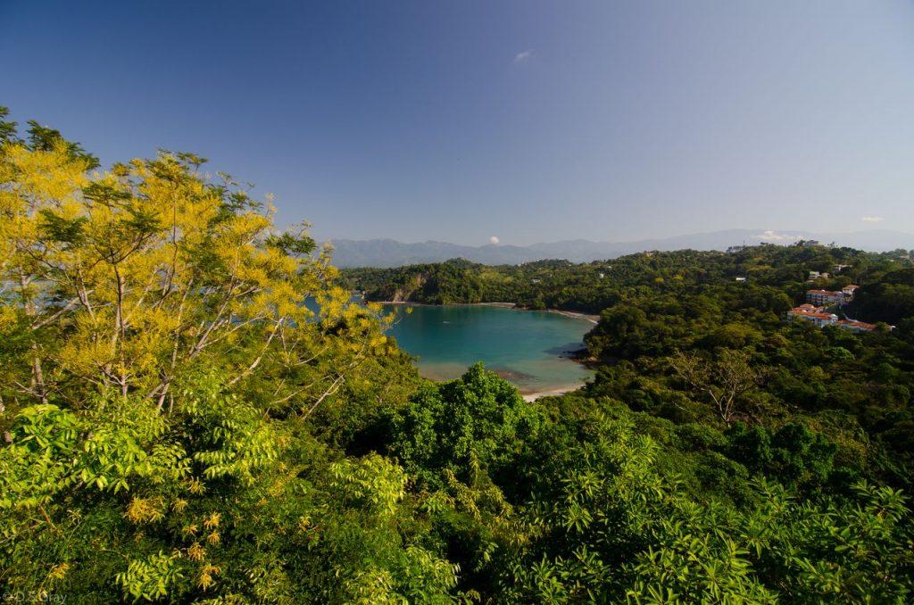 Regnskov og havbugt med grønt omkring i Costa Rica