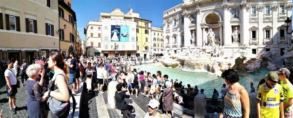 På en rejse til Rom bør du se den populære Trevi-fontæne