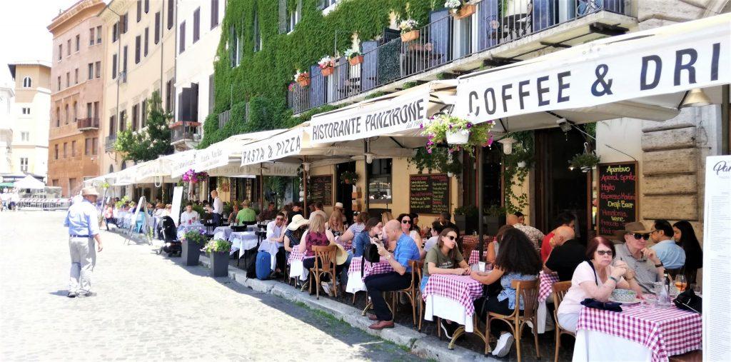 På en rejse til Rom er der masser af skyggefulde restauranter