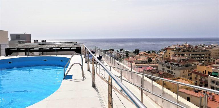 På singlerejse til Almuñecar kan du bade i poolen på Hotel Bahia Almuñecar