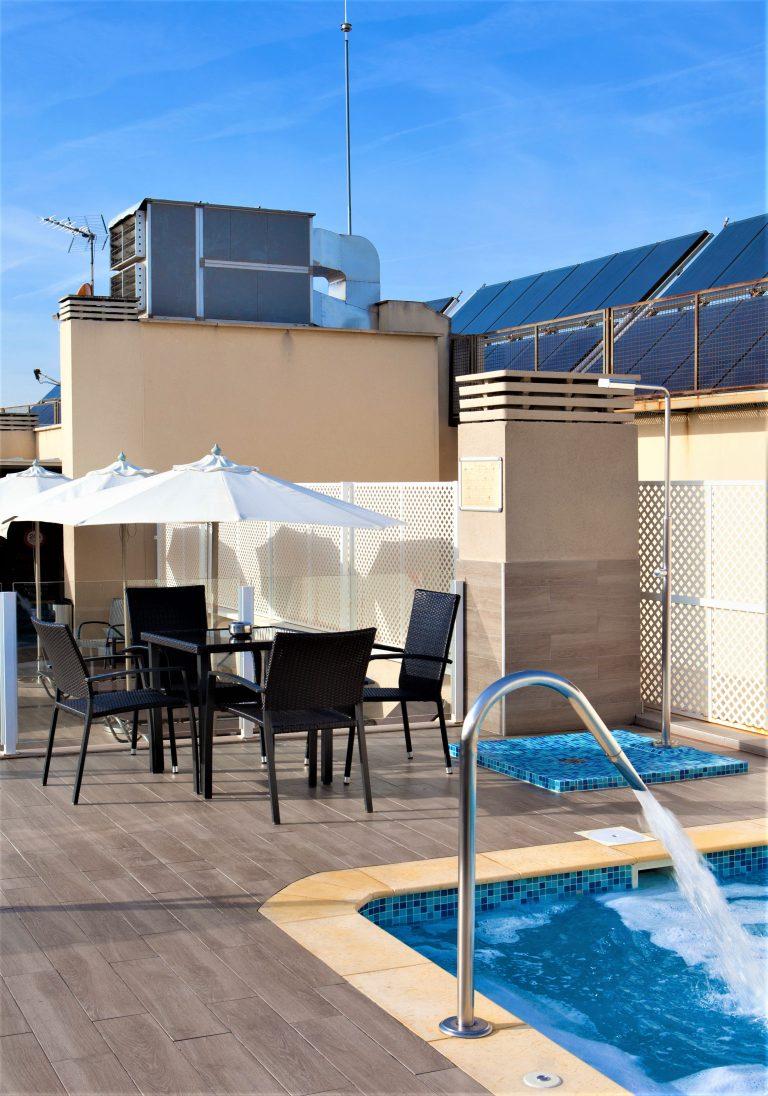 På en rejse til Madrid bor du centralt på Hotel Ganivet