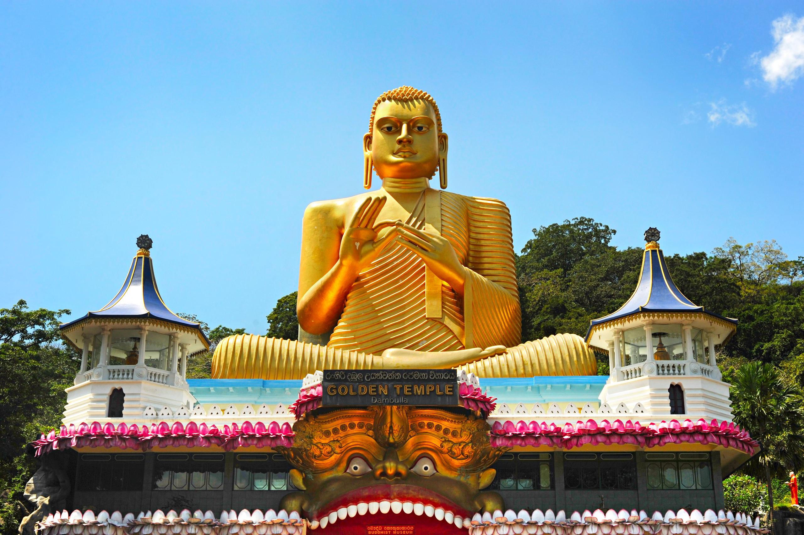 På en rejse til Sri Lanka ser du den gyldne Buddha ved huletemplet Dambulla