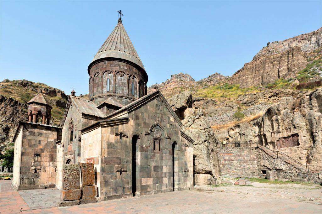 Kloster, som er bygget ind i klippen, og med klipper i baggrunden