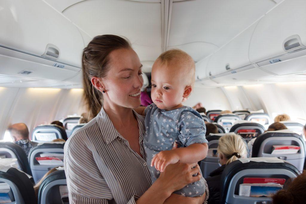 Blog-Sådan-rejser-du-med-små-børn-kvinde-med-baby