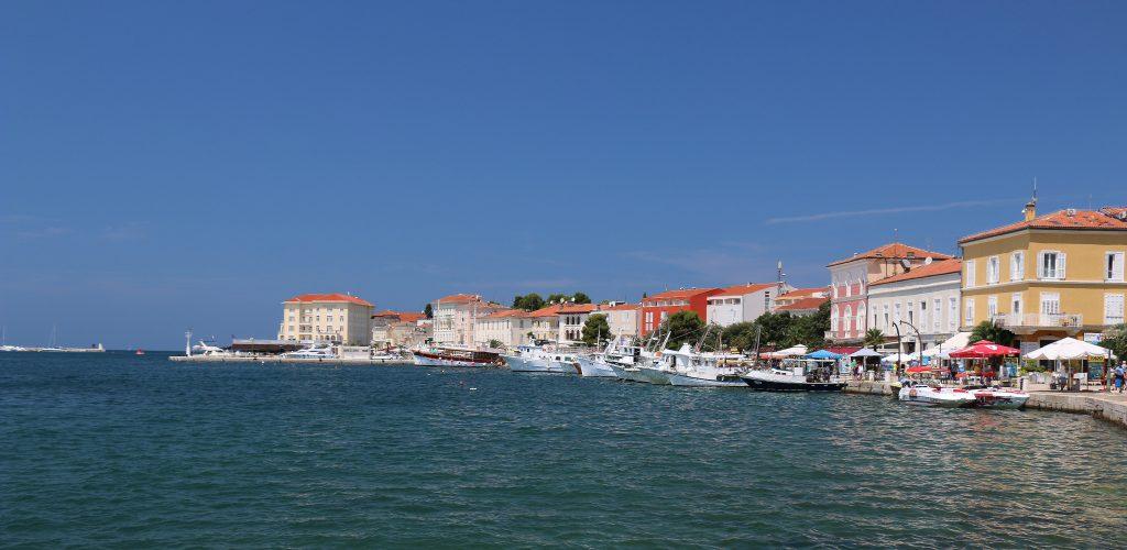 På en rejse til Porec i Istrien i Kroatien ser du en afslappet by