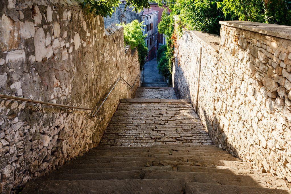 På en rejse til Pula i Istrien i Kroatien skal du gå en tur i byens gader