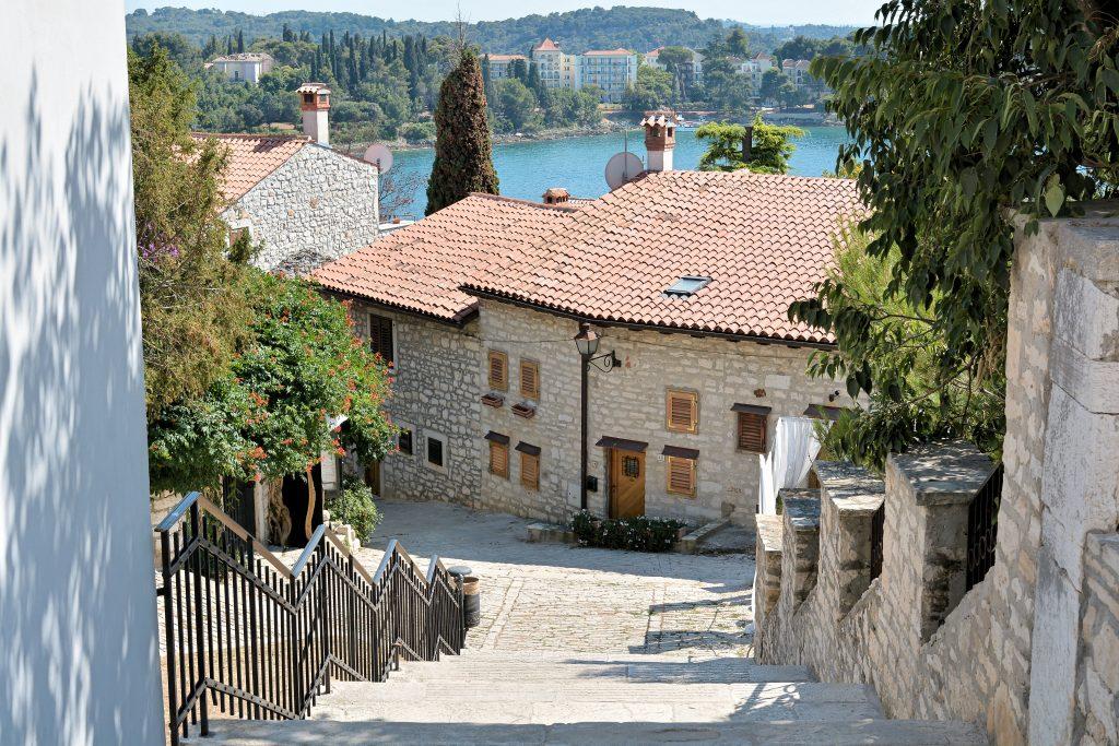På en rejse til Rominj i Istrien i Kroatien skal du gå en tur i byen