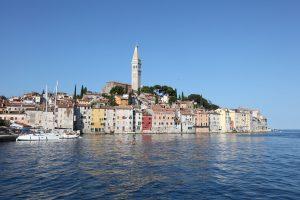 På en rejse til Rominj i Istrien i Kroatien skal du se byens havn
