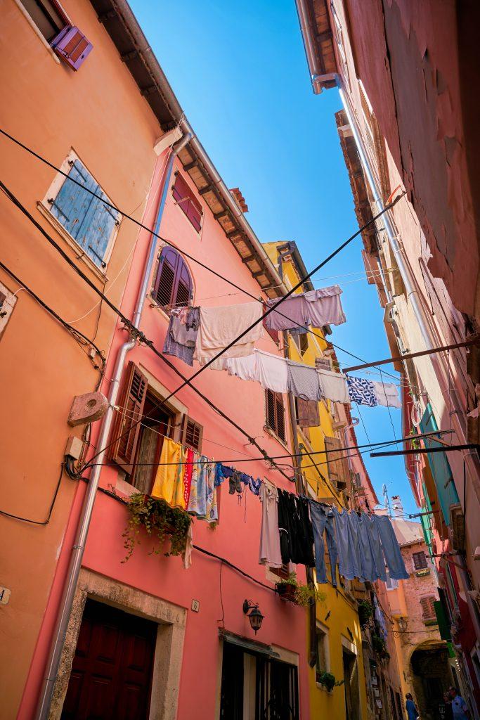På en rejse til Rominj i Istrien i Kroatien skal du gå i byens smalle gader