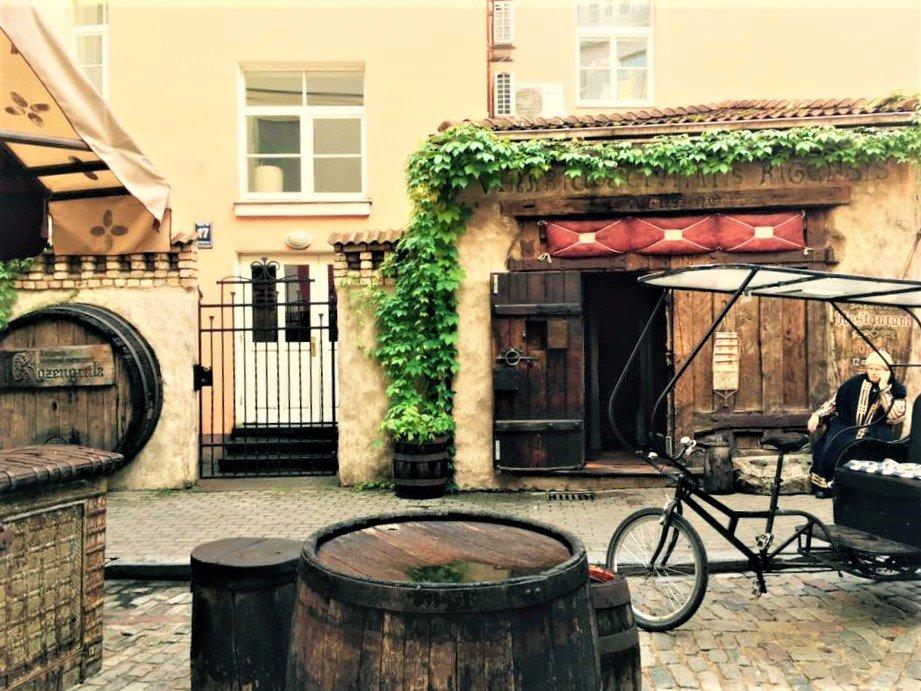 På en rejse til Riga i Letland ser du mange hyggelige cafeer