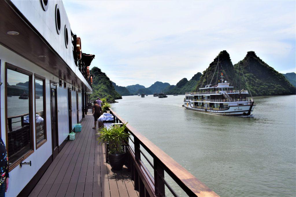 På en rejse til Vietnam kan du sejle i smukke Halong-bugten