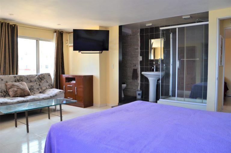 Soveværelse med bad i Alexis lejlighed