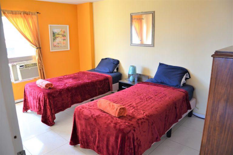 Senge i mindre soveværelse i Alexis lejlighed