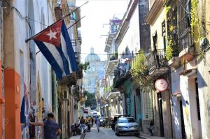 Gade i Havana med cubansk flag på en flagstang og altaner
