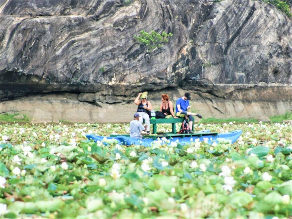 På en rejse til Sri Lanka sejler I på en sø i en kano