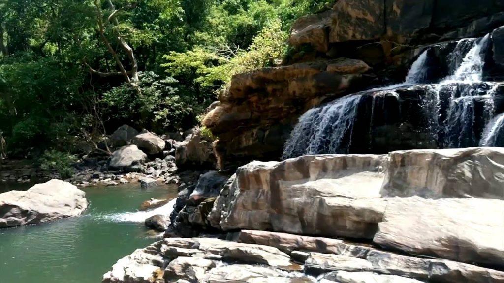 På en rejse til Sri Lanka ser I flere vandfald
