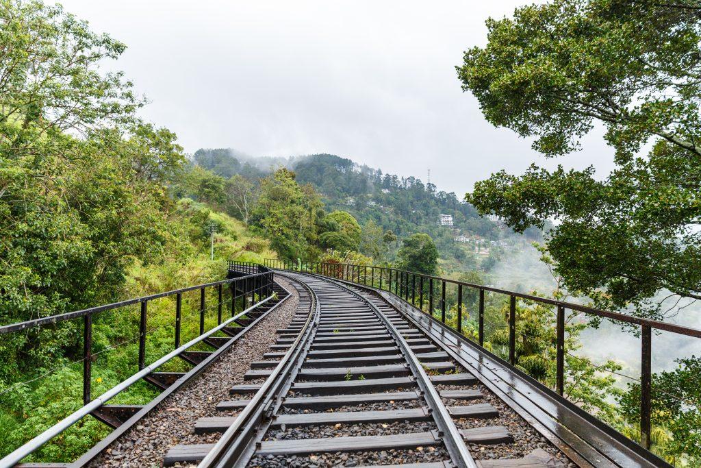 På en rejse til Sri Lanka er det et must at køre med tog i højlandet