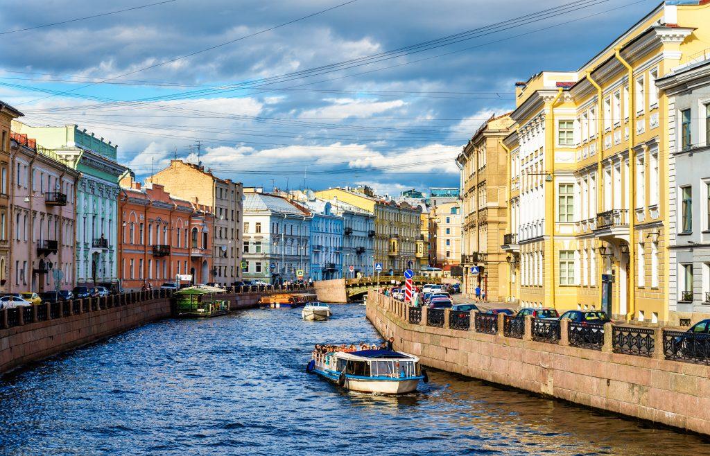 På en rejse til Sankt Petersborg skal du sejle en tur i kanalerne