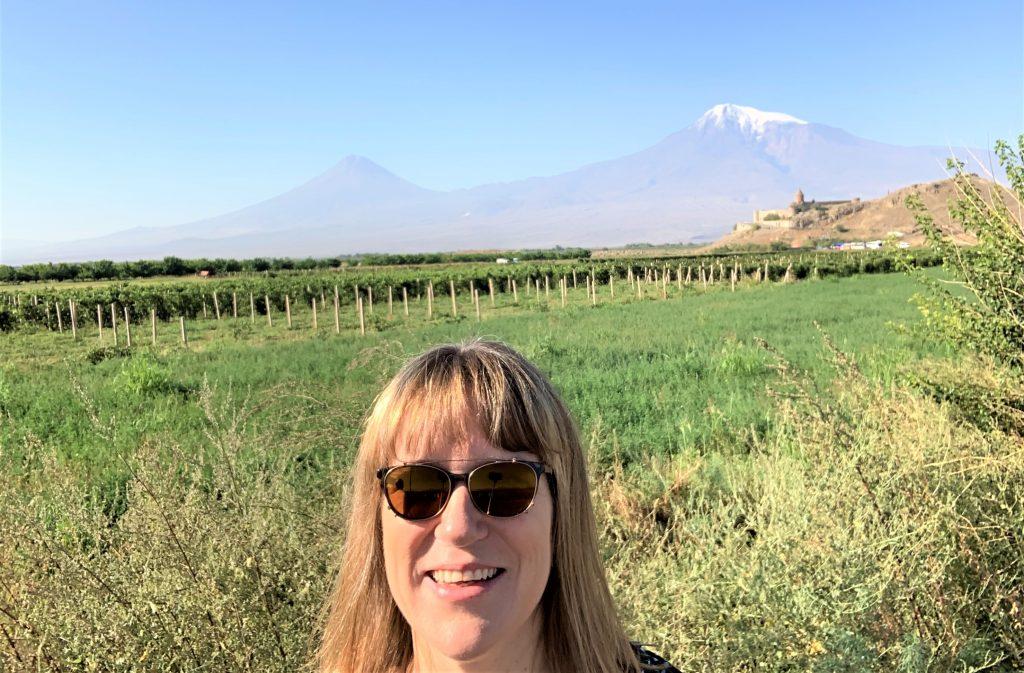 Pia Holst foran Ararat-bjerget