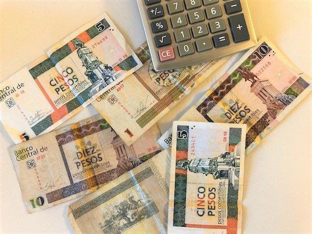 CUC-pengesedler fra Cuba og lommeregner