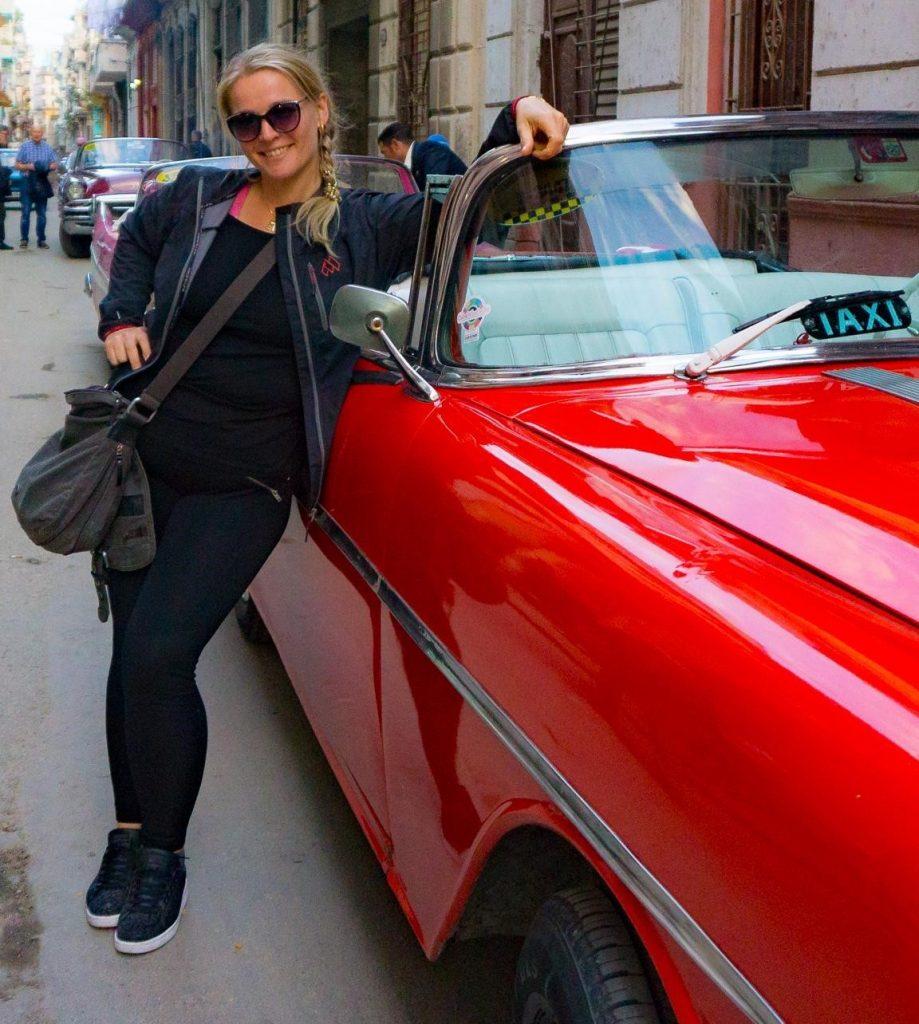 Elin-Sneve-ved-rød-bil