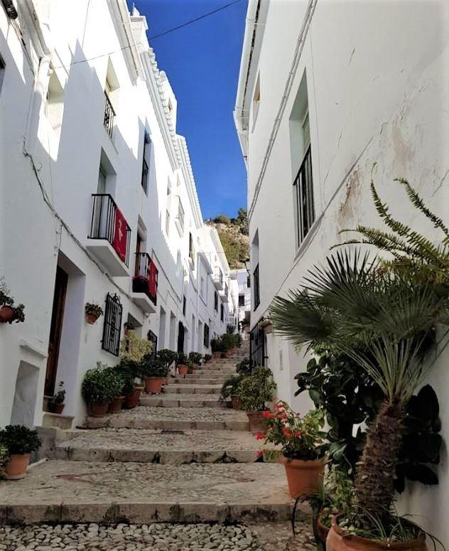 Smal gadetrappe opad i landsby med smal trappe imellem hvide bygninger