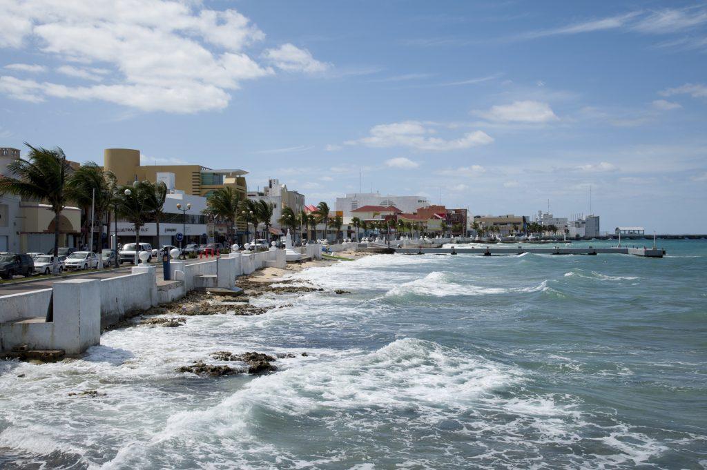 Strandpromenade med huse lige ud til havet